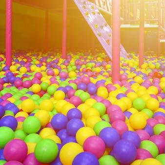 遊び場で子供のボールピットに多くのカラフルなプラスチックボール