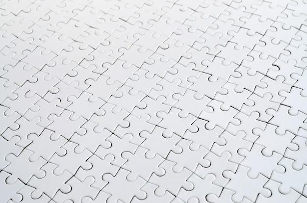 Крупным планом белой головоломки в собранном состоянии в перспективе