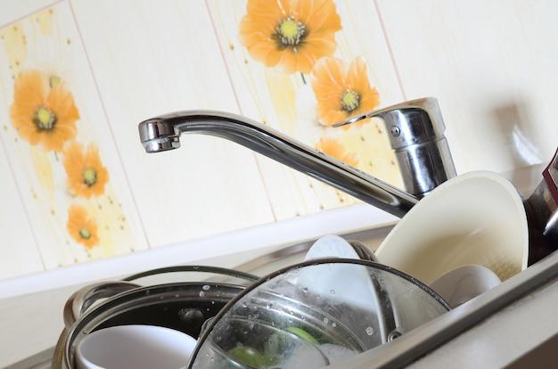 Грязная посуда и немытая кухонная техника заполнили кухонную раковину
