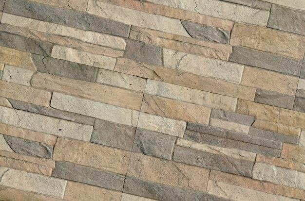 長いグレーと茶色のレンガの壁の詳細