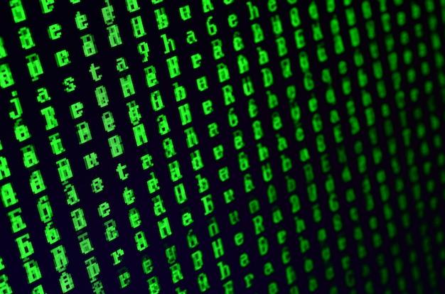 オフィスコンピューターのモニターにグリッチのマクロ撮影。パーソナルデータキーパーにウイルスを導入するという概念。