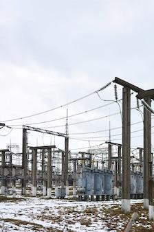 発電所は変革の場です。たくさんのケーブル、ポールとワイヤー、変圧器。
