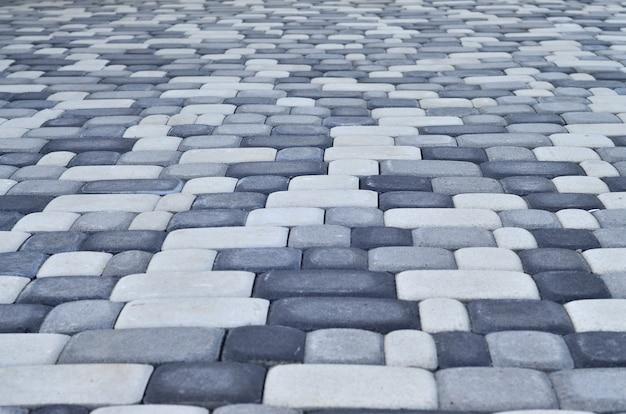 近代的な舗装でレイアウトされた広場の詳細写真