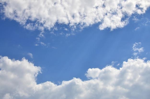 下に入力テキストメッセージのためのいくつかのスペースを持つ美しい青い空背景テンプレート