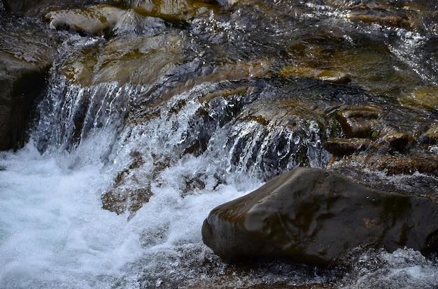 小さな野生の滝のクローズアップ画像