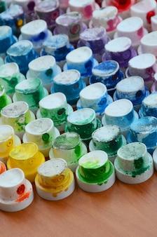Узор из множества форсунок от распылителя краски для рисования граффити, размазанный в разные цвета.