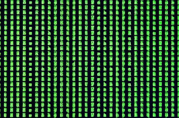 オフィスのコンピューターのモニターにグリッチのマクロ撮影