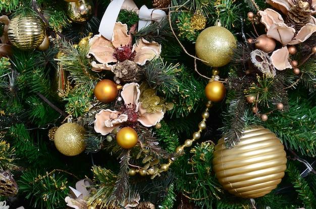 クリスマスツリーを飾ることをクローズアップ