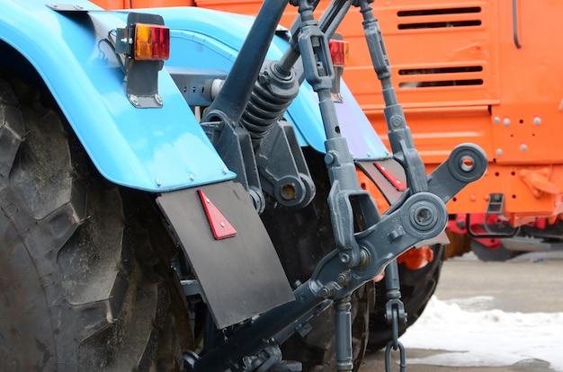 雪の降る天気の新しいトラクター農業用車両の背面図