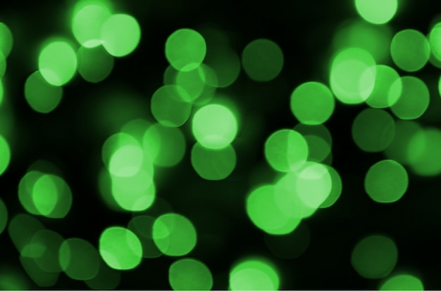 緑の抽象的なクリスマスぼやけて明るい背景