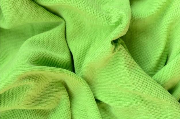 布の質感は明るい緑色です。シャツやブラウスを作るための材料