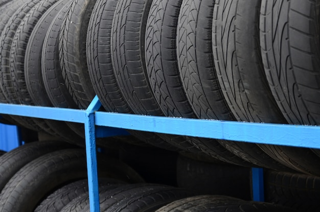 自動車店でのさまざまなタイヤの付いたラック