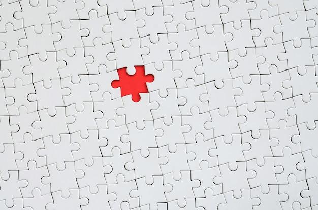 組み立てられた状態の白いジグソーパズルのテクスチャ