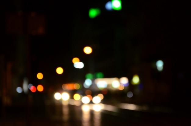 道路上のトラフィックのぼやけた夜景