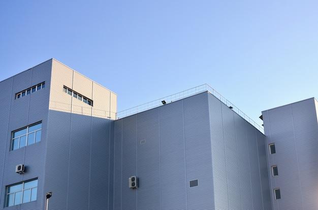 工業用高層ビルの羽目板
