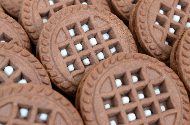 Детальное изображение темного коричневого круглого печенья сандвича с кокосовой начинкой заделывают.