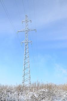 電力線タワーは雪に覆われた湿地帯にあります