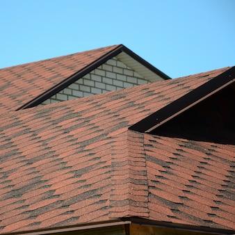 屋根は茶色の瀝青鉄片で覆われています。品質の屋根