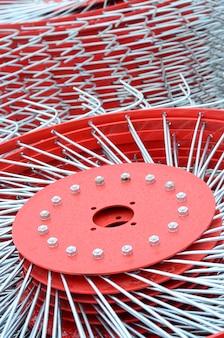 干し草を集めるための農業機械のトレーラーのための新しい赤いテッダー。閉じる