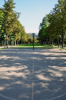 空のストリートバスケットボールコート。スポーツや運動などの概念に