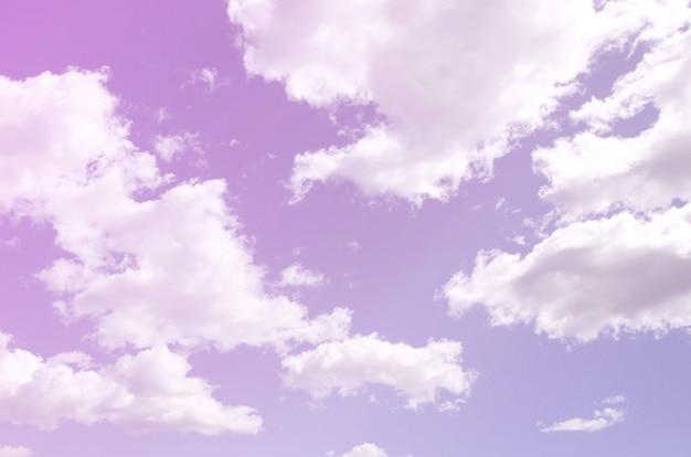 さまざまなサイズの白い雲がたくさんある青い空