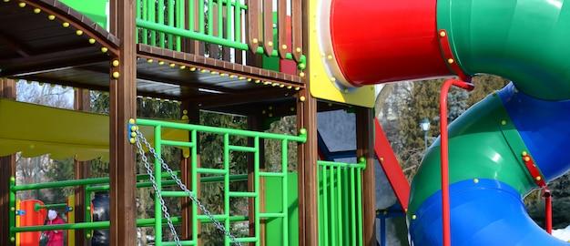 さまざまな色で塗られた、プラスチックと木で作られた遊び場の断片