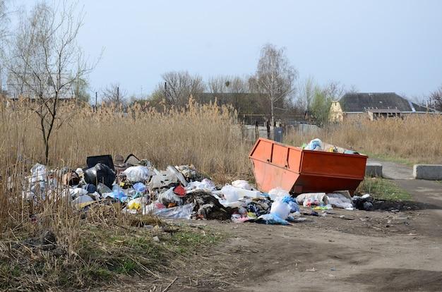 ゴミ箱はゴミとゴミでいっぱいです。人口密集地域におけるごみの完全除去