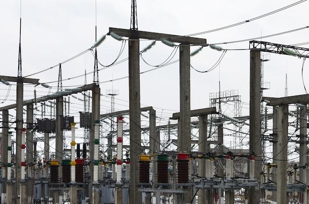 発電所は変革の場です。たくさんのケーブル、棒およびワイヤー、変圧器