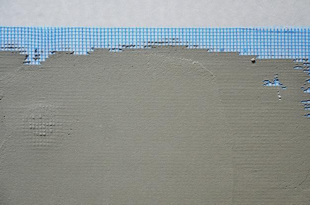 灰色の発泡ポリスチレンプレートで覆われた壁の質感