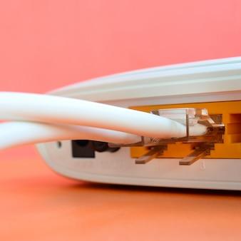 インターネットケーブルのプラグがインターネットルータに接続されている