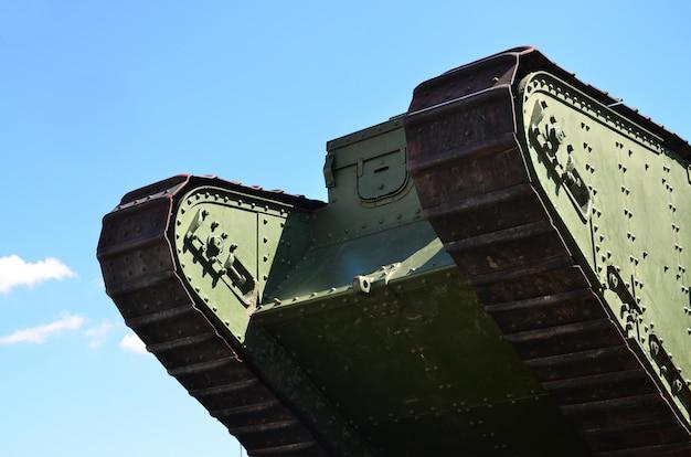 Гусеницы зеленого британского танка русской армии врангеля в харькове на фоне голубого неба