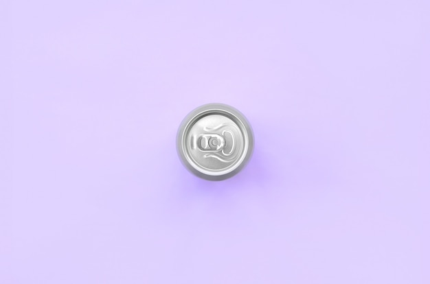 Металлическая банка пива на текстурном фоне модной пастельной бумаги фиолетового цвета в минимальной концепции
