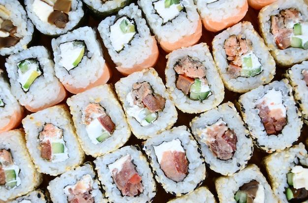 たくさんの寿司をクローズアップ
