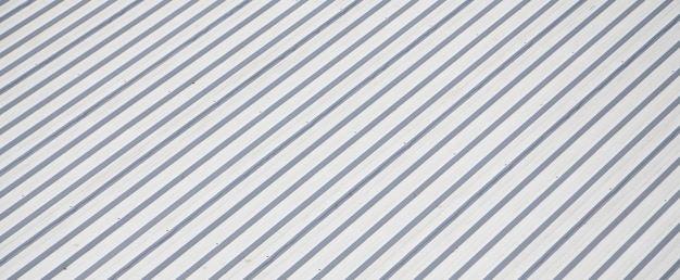 Металлическая серая крыша с ритмичным параллельным рельефным направлением