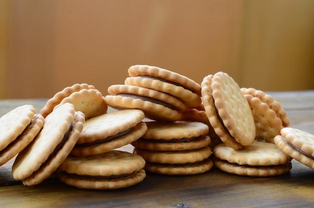 ココナッツ入りの丸いサンドイッチクッキーは大量にあります