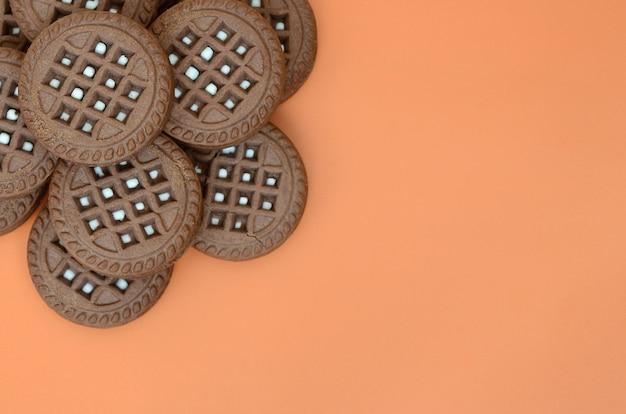 Детальная картина темно-коричневого круглого сэндвич-печенья с