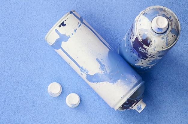 青いエアロゾルスプレー缶やノズル付きペンキ