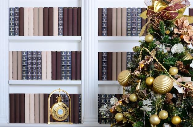 背景に美しい装飾クリスマスツリー
