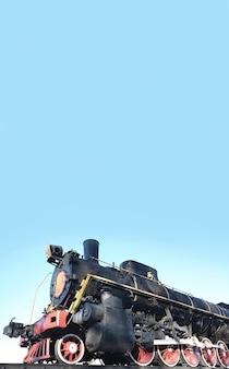 トラック上のアンティーク黒レトロ電車。