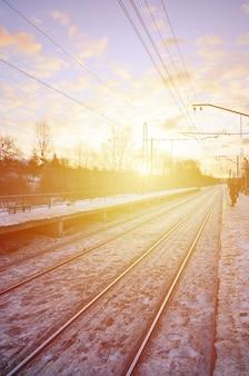 鉄道駅のある冬景色