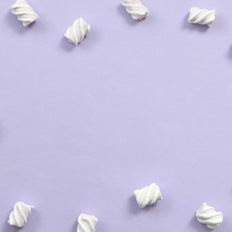 カラフルなマシュマロバイオレット紙の背景にレイアウト