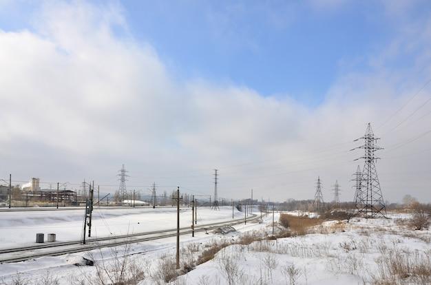 送電線の塔のある冬景色