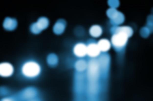 道路上のトラフィックの夜景がぼやけています。