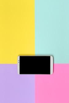 Современный смартфон с черным экраном в цветах
