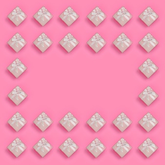 Рамка из розовых подарочных коробок лежит