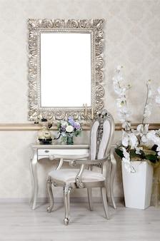 椅子とテーブルのあるレトロなインテリアの断片。その上には電話と花瓶が置かれている。