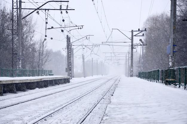 冬の吹雪の中の駅