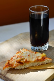Горячая пицца и чашка колы