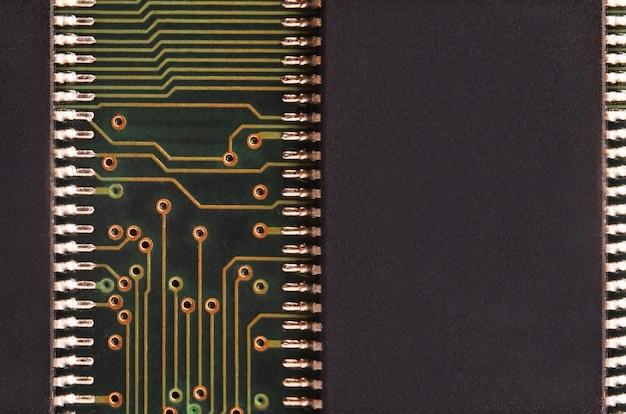 着色されたマイクロ回路基板のクローズアップ。抽象的な技術の背景