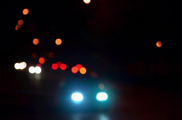 夜の街のぼやけた風景